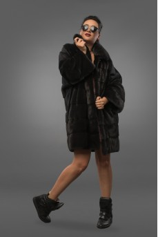 Очень уютная шуба из меха норки серого цвета в прямом силуэте заужена к низу.