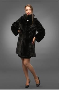 Эффектная шуба в гладком, сияющем мехе превосходной норки в черном цвете.