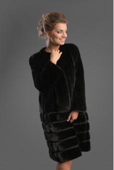 Стильная шуба из меха норки черного цвета в сложной дизайнерской подборке меха.