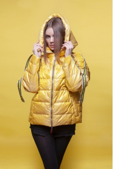 Короткая куртка желтого цвета