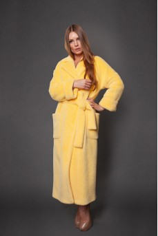Роскошное пальто в жёлтом цвете