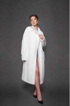 Шерстяное пальто белого цвета