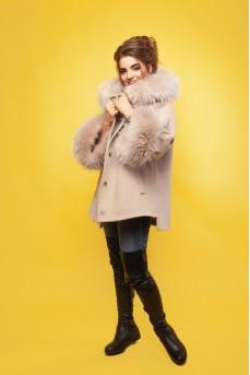 Шерстяное пальто в комбинации меха енота