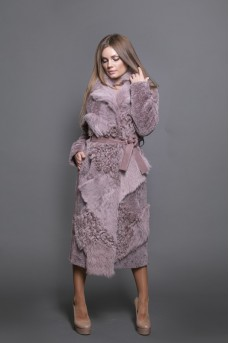 Меховое пальто цвета пудра