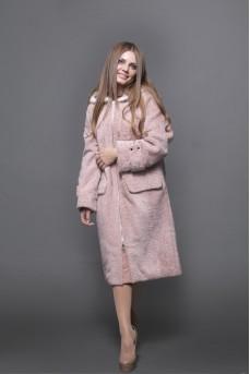 Пальто из меха овчины в цвете пудра