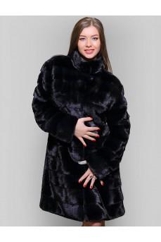 Женская норковая шуба черного цвета.