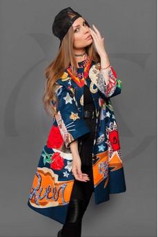 Женское пальто с разноцветным принтом